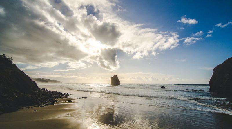 strand med vågor och hav